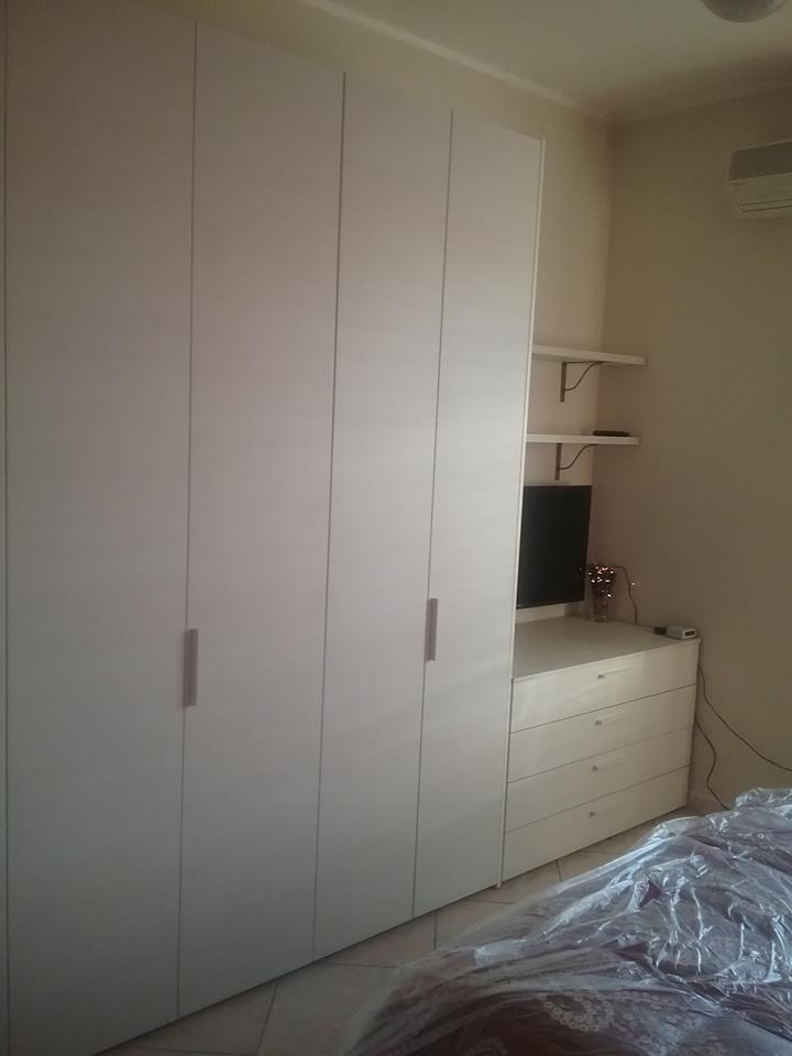 Ed ecco il super armadio a 8 ante con lato TV